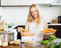 Μαγειρεύοντας λαχανικά νοικοκυρών με το ηλεκτρικό ατμόπλοιο Στοκ φωτογραφίες με δικαίωμα ελεύθερης χρήσης