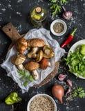 μαγειρεύοντας βανίλια ζάχαρης καρυκευμάτων καρυδιών συστατικών αλευριού αυγών κανέλας Μανιτάρια, quinoa, λαχανικά και καρυκεύματα Στοκ φωτογραφία με δικαίωμα ελεύθερης χρήσης