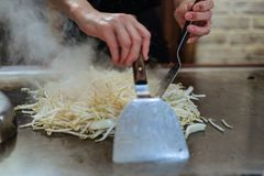 Μαγειρεύοντας βόειο κρέας αρχιμαγείρων στο ιαπωνικό teppanyaki Στοκ Εικόνες