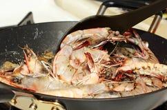 μαγειρεύοντας γαρίδες Στοκ Εικόνες