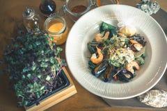 Μαγειρεύοντας γεύμα θαλασσινών, ακατέργαστα θαλασσινά με τα μύδια, μαλάκια Στοκ φωτογραφία με δικαίωμα ελεύθερης χρήσης