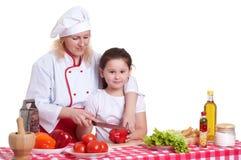 Μαγειρεύοντας γεύμα μητέρων και κορών στοκ εικόνες
