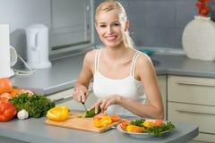 μαγειρεύοντας γυναίκα στοκ φωτογραφίες