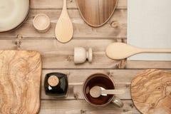 Μαγειρεύοντας εργαλεία kitchenware Ξύλινος τεμαχίζοντας πίνακας ελιών Τοπ όψη Στοκ Εικόνες