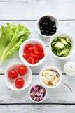 Μαγειρεύοντας ελληνική σαλάτα Στοκ φωτογραφία με δικαίωμα ελεύθερης χρήσης