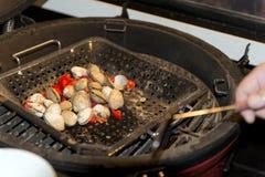 Μαγειρεύοντας θαλασσινά, μύδια στη σχάρα Στοκ εικόνα με δικαίωμα ελεύθερης χρήσης