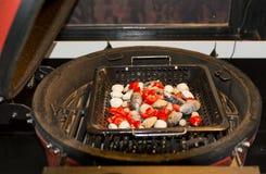 Μαγειρεύοντας θαλασσινά, μύδια, ψημένα στη σχάρα κοχύλια Στοκ Εικόνες
