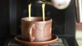Μαγειρεύοντας καφές από τη μηχανή καφέ φιλμ μικρού μήκους