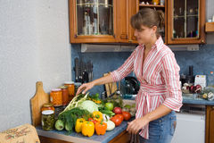 μαγειρεύοντας κορίτσι Στοκ φωτογραφία με δικαίωμα ελεύθερης χρήσης