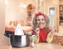 μαγειρεύοντας κορίτσι &epsilo Στοκ φωτογραφία με δικαίωμα ελεύθερης χρήσης