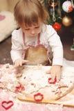 Μαγειρεύοντας κουζίνα μπισκότων μελοψωμάτων ποδιών παιδιών στοκ φωτογραφία με δικαίωμα ελεύθερης χρήσης