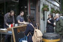 Μαγειρεύοντας κρέας ατόμων στην αγορά δήμων, Λονδίνο Στοκ Φωτογραφία