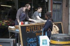 Μαγειρεύοντας κρέας ατόμων στην αγορά δήμων, Λονδίνο Στοκ φωτογραφία με δικαίωμα ελεύθερης χρήσης