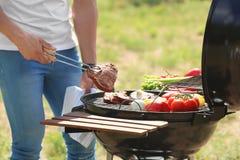 Μαγειρεύοντας κρέας και λαχανικά ατόμων στη σχάρα σχαρών Στοκ φωτογραφία με δικαίωμα ελεύθερης χρήσης