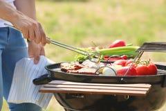 Μαγειρεύοντας κρέας και λαχανικά ατόμων στη σχάρα σχαρών Στοκ φωτογραφίες με δικαίωμα ελεύθερης χρήσης