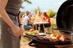 Μαγειρεύοντας κρέας και λαχανικά ατόμων στη σχάρα σχαρών Στοκ εικόνες με δικαίωμα ελεύθερης χρήσης
