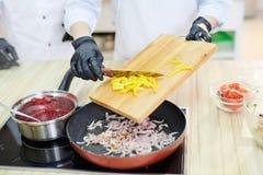 Μαγειρεύοντας λαχανικά αρχιμαγείρων Στοκ Φωτογραφία