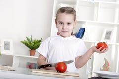 μαγειρεύοντας λαχανικά κοριτσιών Στοκ φωτογραφίες με δικαίωμα ελεύθερης χρήσης