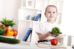 μαγειρεύοντας λαχανικά κοριτσιών Στοκ εικόνες με δικαίωμα ελεύθερης χρήσης