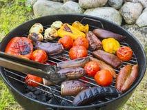 Μαγειρεύοντας λαχανικά σε μια στρογγυλή σχάρα υπαίθρια το καλοκαίρι στοκ φωτογραφίες με δικαίωμα ελεύθερης χρήσης