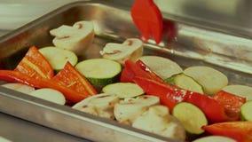 Μαγειρεύοντας λαχανικά στη σχάρα απόθεμα βίντεο