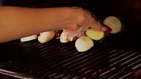 Μαγειρεύοντας λαχανικά στη σχάρα φιλμ μικρού μήκους