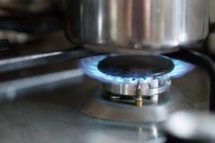 Μαγειρεύοντας με το αέριο, δοχείο νερού στην κουζίνα στοκ φωτογραφίες