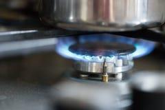 Μαγειρεύοντας με το αέριο, δοχείο νερού στην κουζίνα στοκ εικόνα με δικαίωμα ελεύθερης χρήσης