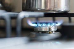 Μαγειρεύοντας με το αέριο, δοχείο νερού στην κουζίνα στοκ φωτογραφίες με δικαίωμα ελεύθερης χρήσης