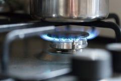 Μαγειρεύοντας με το αέριο, δοχείο νερού στην κουζίνα στοκ εικόνες