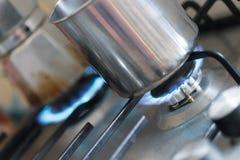 Μαγειρεύοντας με το αέριο, δοχείο νερού στην κουζίνα στοκ φωτογραφία με δικαίωμα ελεύθερης χρήσης
