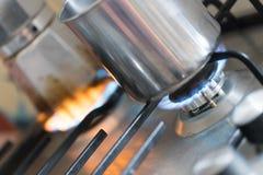 Μαγειρεύοντας με το αέριο, δοχείο νερού στην κουζίνα στοκ εικόνες με δικαίωμα ελεύθερης χρήσης