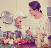 μαγειρεύοντας μητέρα κο&rho Στοκ εικόνες με δικαίωμα ελεύθερης χρήσης