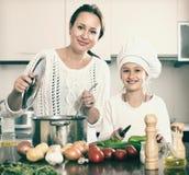 μαγειρεύοντας μητέρα κο&rho Στοκ Εικόνα