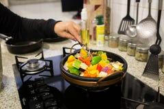 Μαγειρεύοντας μικτή σαλάτα πιπεριών Στοκ Εικόνες