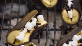 Μαγειρεύοντας μπανάνες στη σχάρα με marshmallow Προετοιμασία στη σχάρα Θερινές επιλογές φιλμ μικρού μήκους