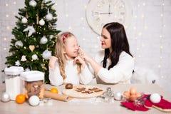 Μαγειρεύοντας μπισκότα Χριστουγέννων μητέρων και κορών στην κουζίνα με το CH στοκ εικόνες