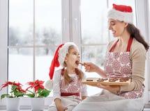 Μαγειρεύοντας μπισκότα Χριστουγέννων Στοκ Φωτογραφίες