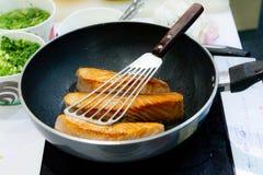 Μαγειρεύοντας μπριζόλα σολομών με την παν, τηγανίζοντας μπριζόλα σολομών στοκ εικόνα με δικαίωμα ελεύθερης χρήσης