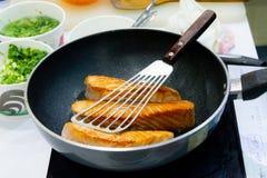 Μαγειρεύοντας μπριζόλα σολομών με την παν, τηγανίζοντας μπριζόλα σολομών στοκ εικόνες με δικαίωμα ελεύθερης χρήσης