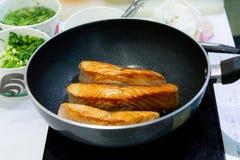 Μαγειρεύοντας μπριζόλα σολομών με την παν, τηγανίζοντας μπριζόλα σολομών στοκ φωτογραφίες