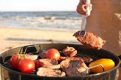 Μαγειρεύοντας μπριζόλες και λαχανικά ατόμων στη σχάρα σχαρών Στοκ Φωτογραφία