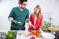 μαγειρεύοντας νεολαίες ζευγών μαζί Στοκ εικόνα με δικαίωμα ελεύθερης χρήσης