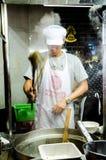 Μαγειρεύοντας νουντλς στοκ φωτογραφία