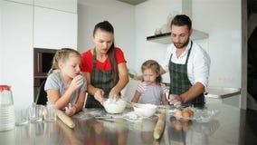 μαγειρεύοντας οικογέν&epsi Οι νέες κόρες βοηθούν στους γονείς τους Έχουν πολλή διασκέδαση απόθεμα βίντεο