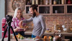 Μαγειρεύοντας οικογενειακό vlog τηλεοπτικό ρεύμα τρόπου ζωής χόμπι στοκ φωτογραφία με δικαίωμα ελεύθερης χρήσης