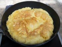 μαγειρεύοντας ομελέτα στο τηγάνι Στοκ Εικόνες