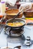 μαγειρεύοντας ομελέτα στο τηγάνι Στοκ Φωτογραφία