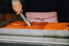 Μαγειρεύοντας λουκάνικα ατόμων στη σχάρα Στοκ Εικόνα