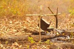 Μαγειρεύοντας δοχείο στην πυρά προσκόπων, που στρατοπεδεύει στο δάσος Στοκ φωτογραφία με δικαίωμα ελεύθερης χρήσης